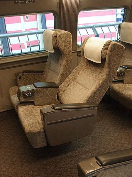green_car_seat_of_jr_500